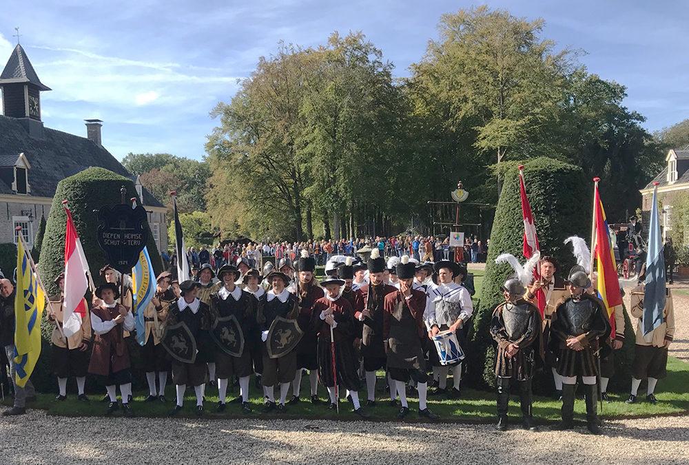Schutterij schenkt ook 1 uniform aan Harmonie Diepenheim